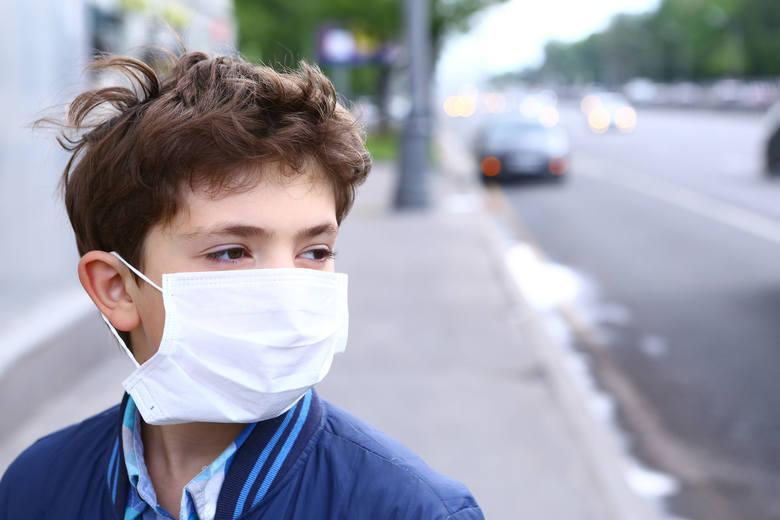 Czy koronawirus przenosi się przez powietrze i można się nim zarazić oddychając? WHO twierdzi, że nie ma na to dowodów. By się nie zakazić, trzeba pamiętać