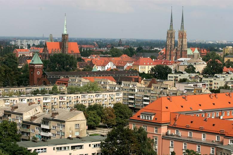 Od 1952 do 1990 roku we Wrocławiu obowiązywał podział na 5 dzielnic, zarządzanych przez Dzielnicowe Rady Narodowe.Chociaż dzisiaj podział terytorium