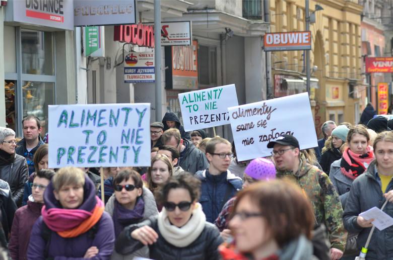 """8 marca 2015 r. w kilku miastach, także w Poznaniu odbyły się Manify pod hasłem """"Dość przekrętów w sprawie alimentów"""". Na ulice wyszło kilka tysięcy kobiet i mężczyzn, domagając się zmian w prawie"""