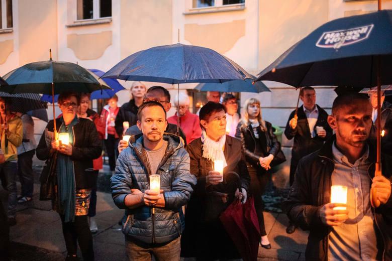 24.07.2017 opole<br /> plac daszynskiego lancuch swiatla protest sad okregowy zmiana ustawy trojpodzial wlady<br /> fot. slawomir mielnik / nowa trybuna opolska<br />