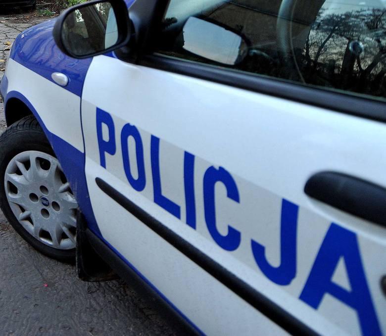 W Gorzycach kierowca forda uderzył w ogrodzenie. Jest ciężko ranny