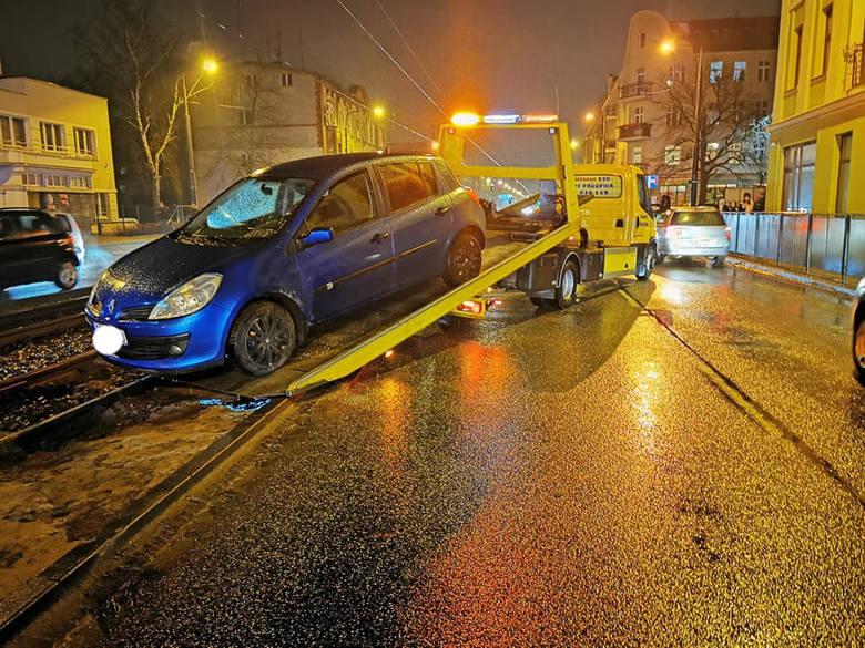 Krótko po godzinie 18.00 na ul. Jagiellońskiej w okolicy dworca PKS w Bydgoszczy doszło do kolizji dwóch samochodów osobowych: VW i renault. Jedna z