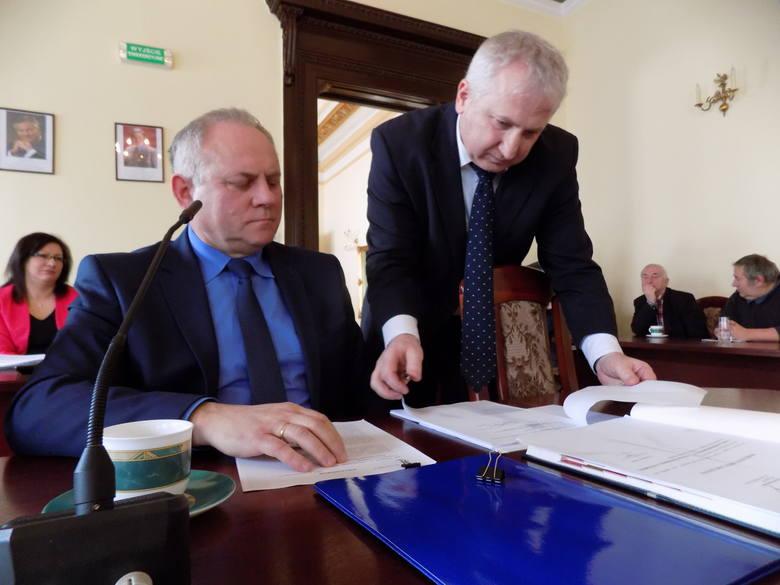 Burmistrz Józef Rubacha (z lewej) i radny Andrzej Stambulski, który podczas sesji skrytykował przyszłoroczny budżet miasta i zapowiedział wstrzymanie