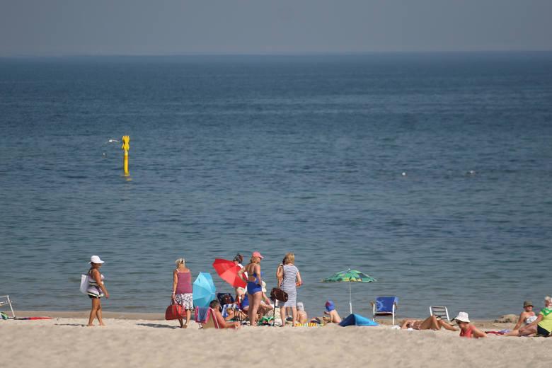 Od rana w Ustce jak i w cały regionie temperatury oraz słoneczna pogoda zachęcają do kąpieli słonecznych. Byliśmy na usteckiej plaży i choć nie jest