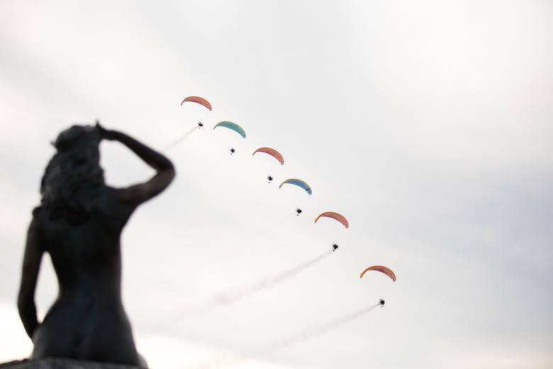 Druga edycja Columbus Festiwal Wiatru odbyła się w Ustce. Mogliśmy zobaczyć podniebne pokazy paralotnicze, a na scenie posłuchać największych przebojów