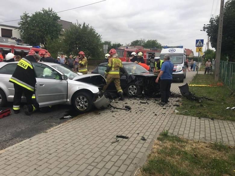 W piątek rano w Łączniku zderzyły się dwa audi, cztery osoby zostały ranne.