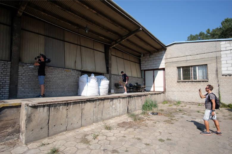 Policjanci z Poznania zatrzymali 13 osób zamieszanych w działalność mafii śmieciowej, która przez kilka lat na terenie Wielkopolski zostawiała w opuszczonych