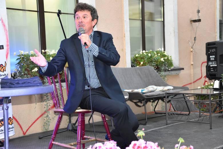 Letni koncert w pięknej scenerii ogrodu Fado Cafe świetni wpisał się w wakacyjny klimat. Jacek Wójcicki zaśpiewał utwory m.in. z repertuaru ś.p. Zbigniewa