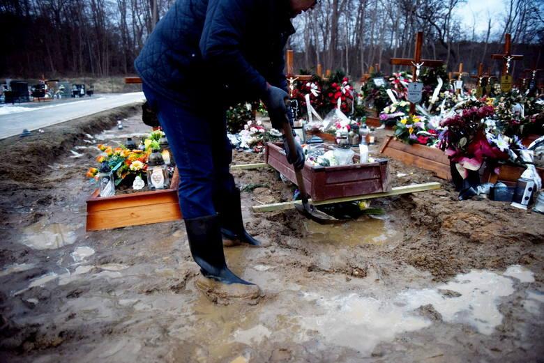 Groby na nowym cmentarzu przy ul. Wrocławskiej w Zielonej Górze się zapadają, toną w błocie.