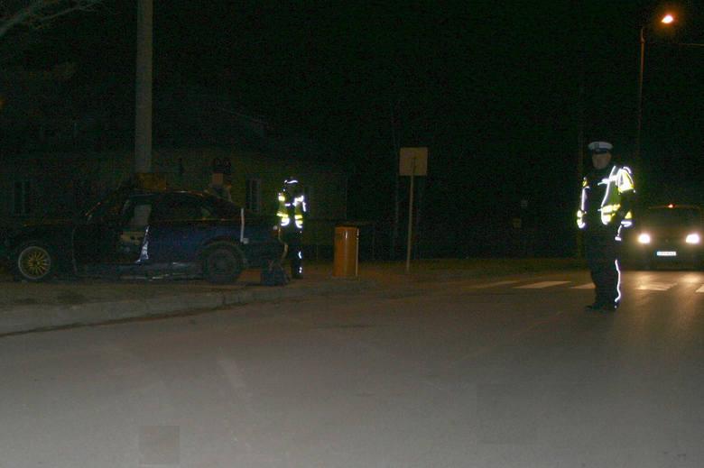 Pijany 33-latek z Rypina na łuku drogi nie opanował pojazdu i uderzył w betonowy słup oświetleniowy.
