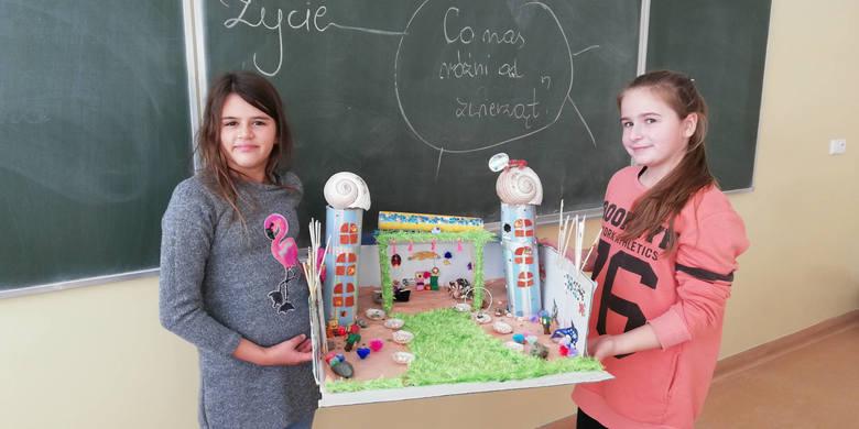 Niezwykle pomysłowe makiety pałacu Posejdona  stworzyli uczniowie Szkoły Podstawowej w Postominie. Na lekcjach języka polskiego w Szkole Podstawowej