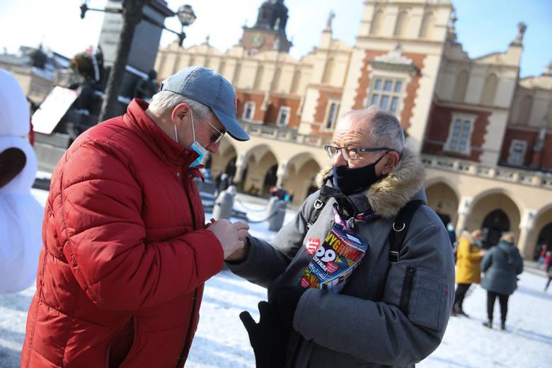 Wielka Orkiestra Świątecznej Pomocy na ulicach Krakowa. Na zdjęciu kwestuje senator Jerzy Fedorowicz.
