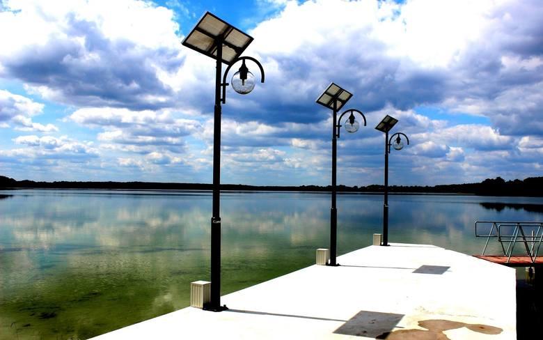 Zróżnicowane dno jeziora Lubikowskiego tworzy liczne tarasy i wyspy podwodne, a w kilku miejscach na dnie leżą potężne głazy narzutowe. Między innymi