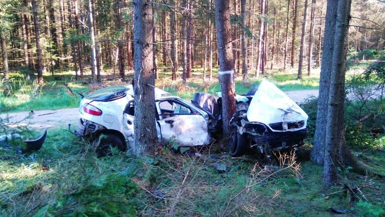 Daewoo lanos, które kilka minut wcześniej na ul. Krzyże w Białowieży nie zatrzymał się do kontroli drogowej uderzyło w drzewo.