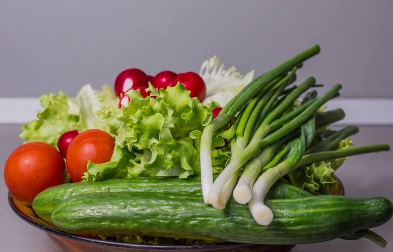Nowalijki cieszą oko, ale często brakuje im zapachu i smaku typowego dla warzyw gruntowych.