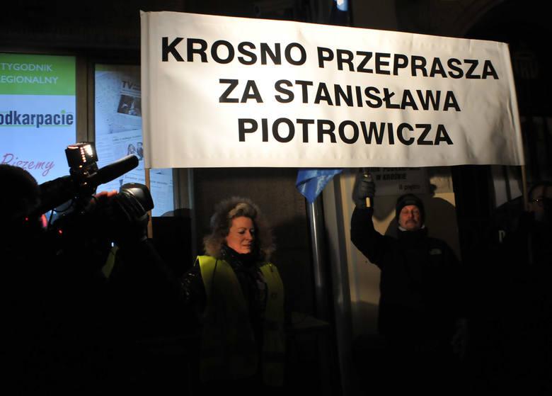 """Około pięćset osób protestowało dzisiaj wieczorem przed biurem poselskim Stanisława Piotrowicza i siedzibą """"Solidarności"""" w Krośnie."""