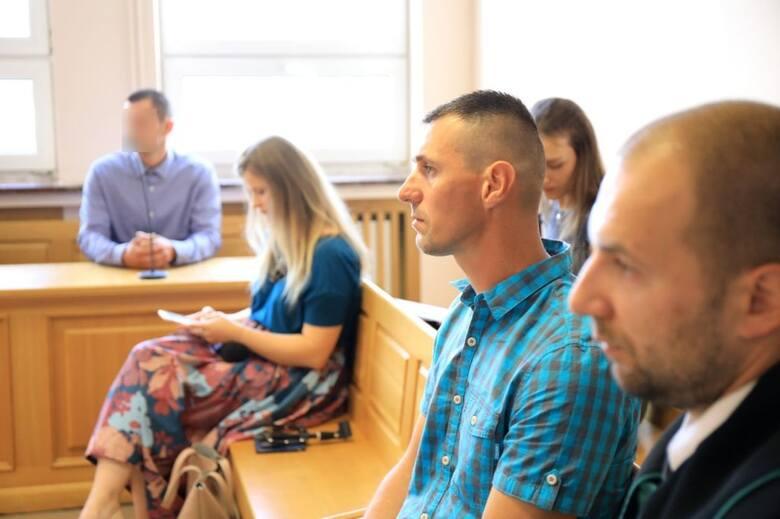 Na ławie oskarżonych - kierowca Stanisław G. Na sali sądowej widoczny też Paweł Paradowski, ojciec Kacperka (w koszuli w kratę) z adwokatem Mariuszem Lewandowskim.