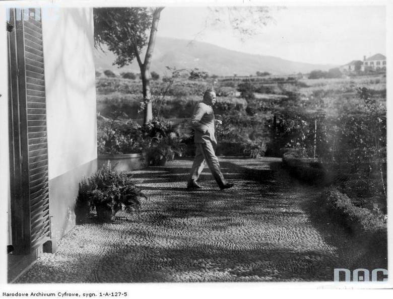 Józef Piłsudski podczas spaceru przed willą, w której mieszkał.