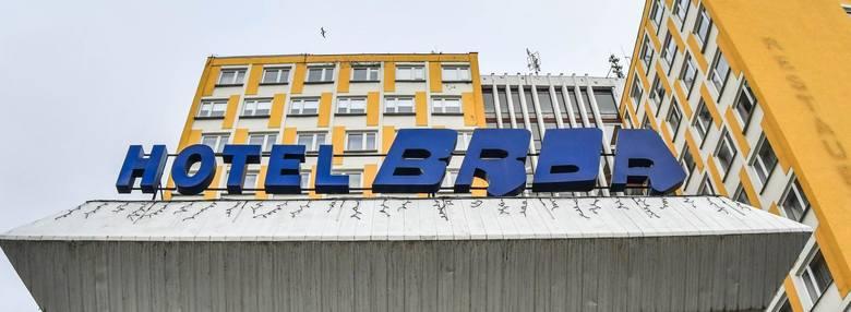 Za 275 złotych sprzedano na licytacji neon, który znajdował się nad wejściem do bydgoskiego hotelu Brda. Budynek hotelowy ma być przerobiony na mieszkania