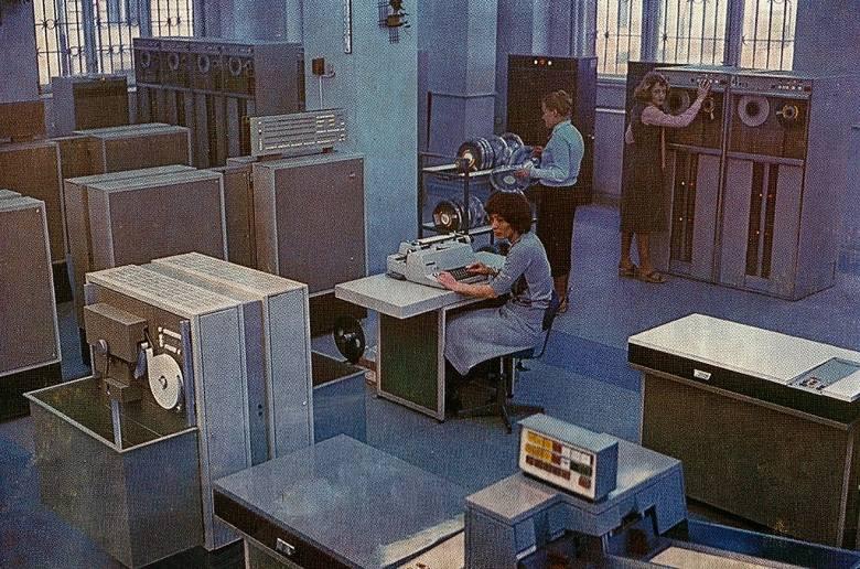Odra 1003. Był to tranzystorowy komputer produkowany w Zakładach Elektronicznych Elwro od 1964 roku (skonstruowany rok wcześniej). Używano go głównie