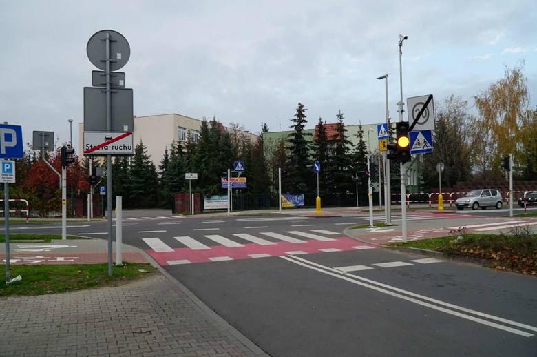 Przebudowano skrzyżowanie Poznańskiej i Piaskowej w Koziegłowach, zamontowano tutaj również sygnalizację świetlną. Przebudowano skrzyżowanie Poznańskiej