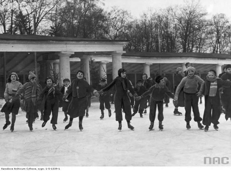 Grupa łyżwiarzy na jednej z pierwszych ślizgawek.