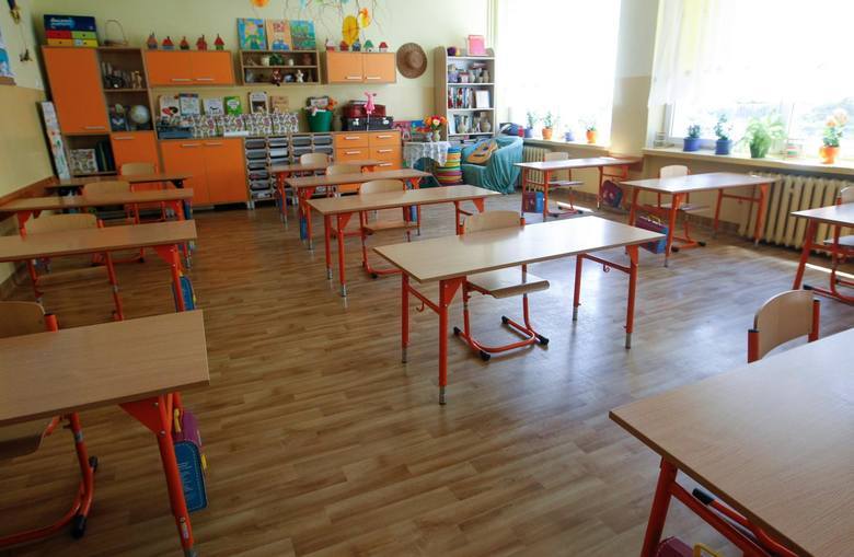 Rząd dał zielone światło na otwarcie w poniedziałek szkół podstawowych dla uczniów z klas 1-3. Głównie z myślą o tych dzieciach, których rodzice muszą pracować i nie mogą dłużej pozostawać w domach. <br /> <br /> Do rzeszowskiej Szkoły Podstawowej nr 16 zgłosiło się aż 116 dzieci: 73 z...