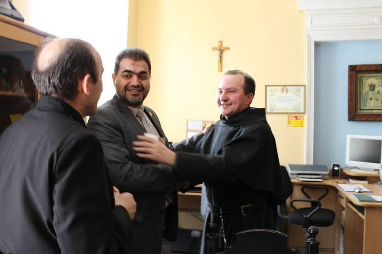 Brat Ryszard Winiarz (z prawej) i ojciec Zbigniew Winiarz (tyłem) ze schroniska w Pępicach szybko znaleźli wspólny język z imamem Nifalem Abu Tabaqi