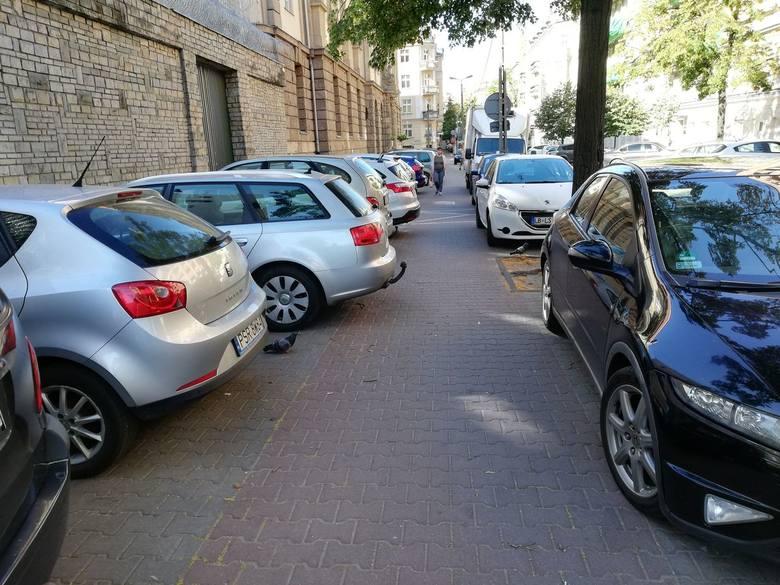 Chodniki ulicy Młyńskiej są zajęte przez samochody - piesi, zwłaszcza niepełnosprawni, mają tu niewielkie szanse przejścia.