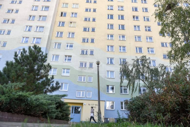 Wieżowiec w Toruniu, z którego wypadł chłopiec.