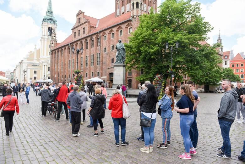 Polacy jednak chcą się szczepić - kolejki do punktu szczepień w Toruniu z 30 maja