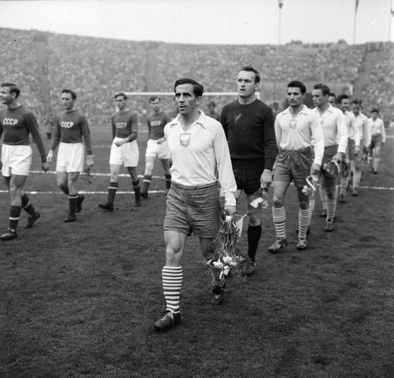 Polscy piłkarze pod wodzą Gerarda Cieślika, wychodzą na boisko przed meczem eliminacyjnym MŚ Polska-ZSRR w Chorzowie (1957 r.).