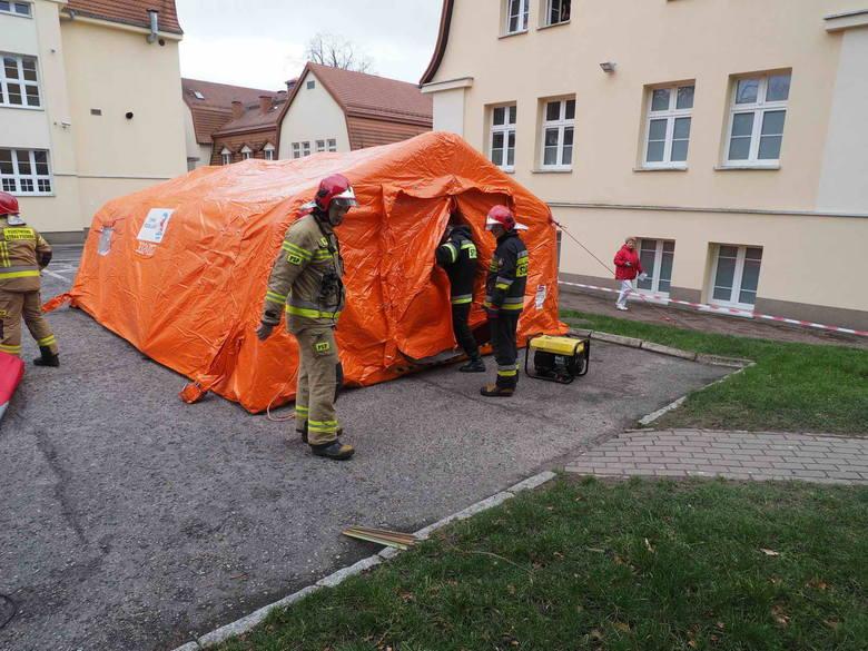 Ćwiczenia strażackie przed koszalińskim szpitalem w związku z koronawirusem