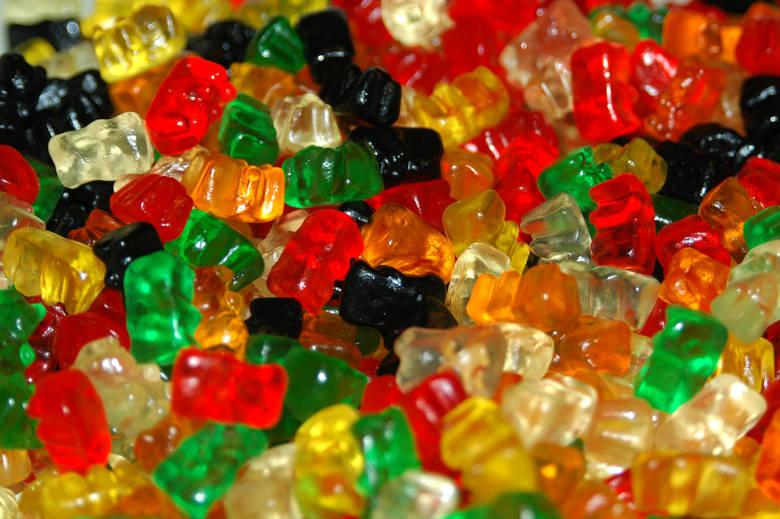 Żelki są słodkie, lekkie i świetnie sprawdzają się w formie przekąski. Czy są jednak zdrowe? Specjaliści nie pozostawiają wątpliwości: żadnych słodyczy