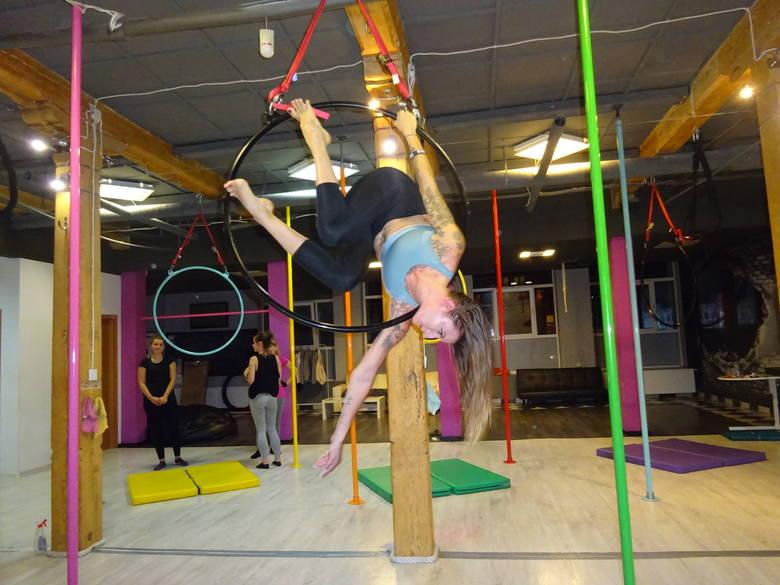 Akrobacje na cyrkowych kołach czyli fitness dla pań, które nie boją się siniaków [zdjęcia]