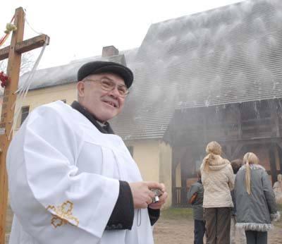 - Cieszę się, że to działa - powiedział nam ks. Olgierd Banaś w czasie próby działania w klępskim kościółku systemu gaszenia mgłą, jak dotąd jedynego