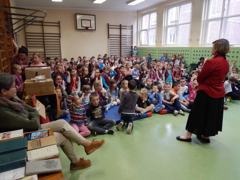 Anna Czewińska-Rydel pisze dla dzieci i młodzieży o tematyce muzycznej, historycznej, społecznej, biograficznej.