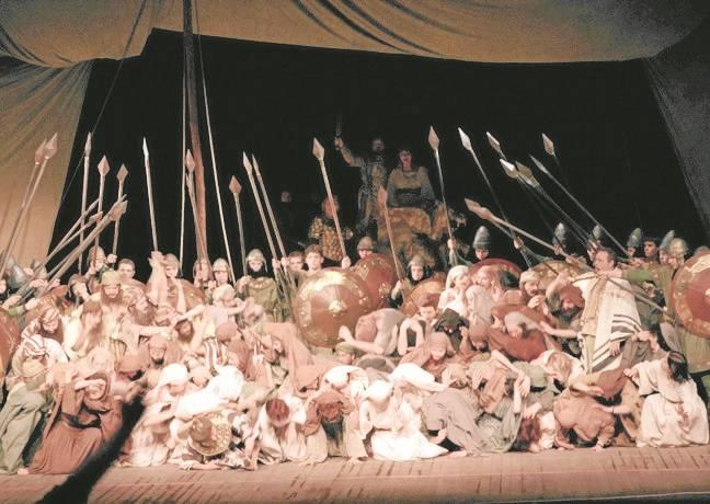 """Scena z opery Giuseppe Verdiego """"Nabucco"""". - Piękna jest pieśń wyzwolenia w """"Nabucco"""" - przyznaje Wacław Szmelter."""