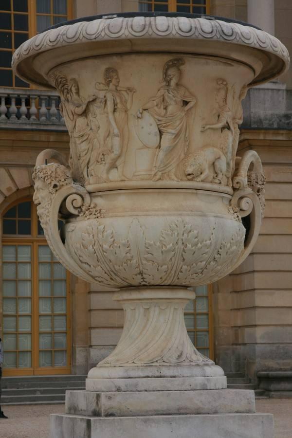 Monumenlna waza przy pałacu