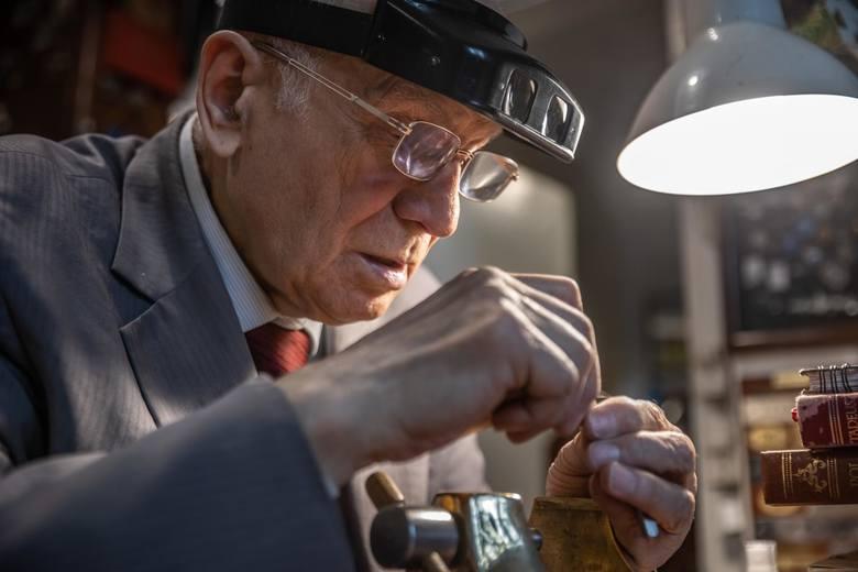 Alojzy Borowicz swój zakład grawerski prowadzi od 1953 roku. Przez ten czas używa tych samych maszyn i metod pracy