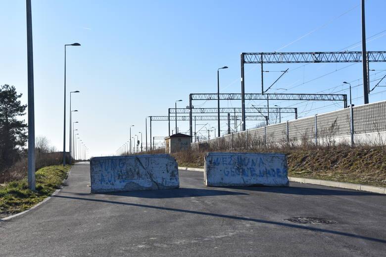 Wjazd na ulicę Bartla zarówno od strony ul. Krakowskiej, jak i Warsztatowej blokują ciężkie betonowe zapory
