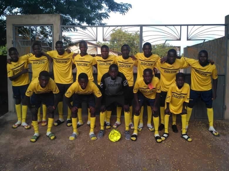 Piłkarska drużyna ministrantów z Togo gra w koszulkach ze Złoczewa