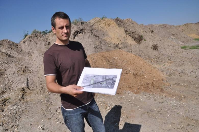 Stefan Zdzuj ma na mapce zaznaczone trzy miejsca składowania ziemi. Wysokie na kilka metrów  zwały zajmują około dwóch hektarów powierzchni.