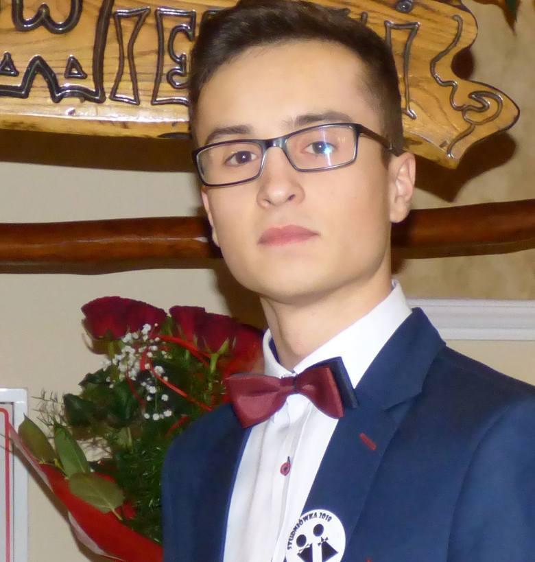 Jest uczniem klasy IV TGK Zespołu Szkół Technicznych i Ogólnokształcących w Busku-Zdroju. Ma 20 lat, znak zodiaku - Wodnik. Zainteresowania: sport, muzyka.