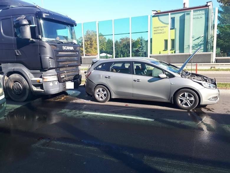 Wypadek na ul. Kazimierza. Na wysokości przystanku nr 678 zderzyły się trzy samochody. W zdarzeniu brało udział łącznie 5 osób, w tym 2 dzieci.Zdjęcia