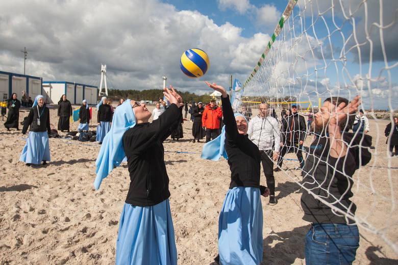 Usteckie siostry kanoniczki zorganizowały wyjątkowe rekolekcje. Koncerty, bicie rekordu w tańcu i mecz piłki siatkowej na plaży, a w roli zawodniczek