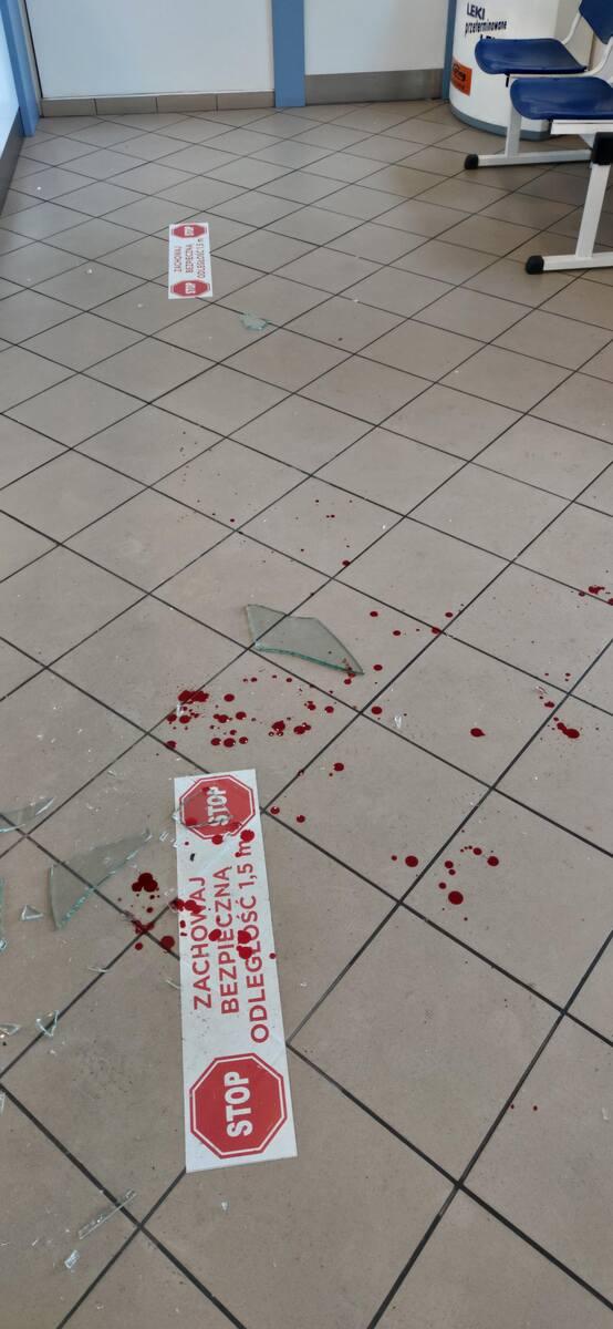 Skutki wizyty agresywnego klienta w jednej z bydgoskich aptek. napastnik wpadł w szał, kiedy usłyszał, że ma założyć maseczkę.