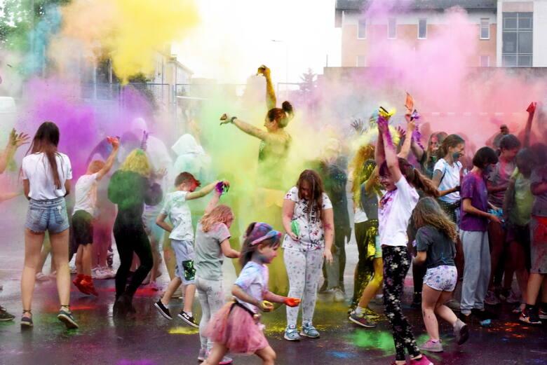 Święto kolorów odbyło się w sobotę, 12 czerwca, na boisku OSiR. Zabawa była przednia. Jak zawsze przy tego typu imprezach było wesoło i niezwykle kolorowo.
