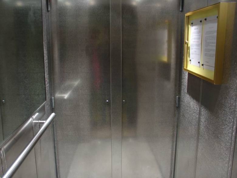 Paradoks w przychodni. Chorzy chodzą po schodach, bo winda się psuje