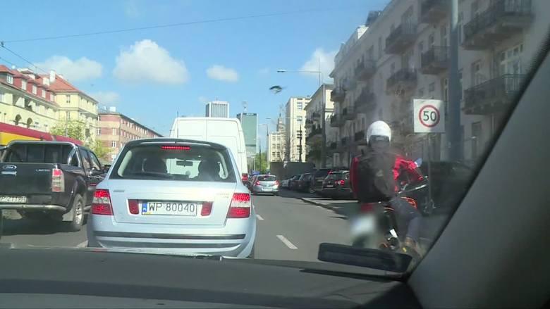 motocyklista w korku